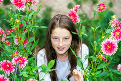 Tonårs- skolflickastående med naturliga blommor Royaltyfria Bilder