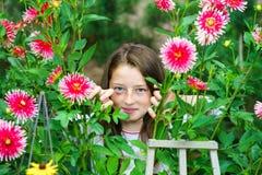 Tonårs- skolflickastående med naturliga blommor Arkivbilder