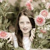 Tonårs- skolflickastående med naturliga blommor Arkivfoto