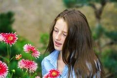 Tonårs- skolflickastående med naturliga blommor Royaltyfri Foto