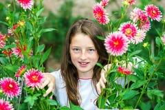 Tonårs- skolflickastående med naturliga blommor Royaltyfri Bild