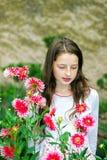 Tonårs- skolflickastående med naturliga blommor Royaltyfri Fotografi