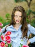 Tonårs- skolflickastående med naturliga blommor Fotografering för Bildbyråer