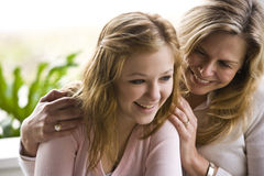 tonårs- skratta mom för dotter arkivbilder