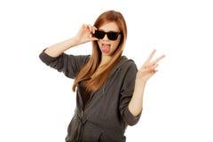 tonårs- slitage kvinnabarn för solglasögon Arkivfoton
