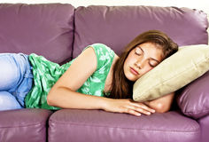 tonårs- sova sofa för härlig flicka arkivfoto