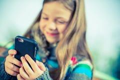 Tonårs- spela Smartphone arkivbilder
