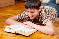 tonårs- stilig avläsning för bokpojke Royaltyfria Bilder