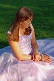 tonårs- studentbal för klänningflickadeltagare Royaltyfri Bild