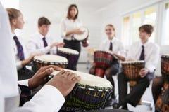 Tonårs- studenter som studerar slagverk i musikgrupp fotografering för bildbyråer