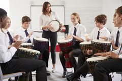 Tonårs- studenter som studerar slagverk i musikgrupp royaltyfri fotografi