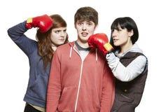 Tonårs- syskon som slåss med boxninghandskar Royaltyfria Foton