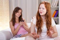 Tonårs- systrar i deras rum Arkivfoton