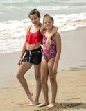Tonårs- systrar som står på stranden Royaltyfria Foton