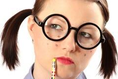 tonårs- tanke för geeky flicka Arkivfoto