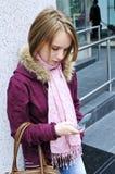 tonårs- text för flickamessaging Arkivbilder
