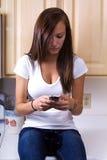 tonårs- texting för flicka Fotografering för Bildbyråer