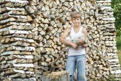 Tonårs- timberjackskördearbetare på arbete Royaltyfria Foton