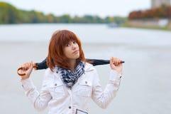 tonårs- utomhus- posera redhead för härlig flicka Royaltyfri Bild