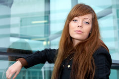 tonårs- utomhus- stående för flicka Fotografering för Bildbyråer