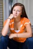 tonårs- utvändig sitting för flicka Arkivbilder