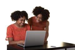 Tonårs- vänner eller syskon arkivfoton