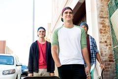 Tonårs- vänner som går på gatan Arkivfoton
