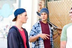 Tonårs- vänner som går på gatan Royaltyfri Foto