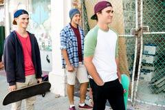 Tonårs- vänner som går på gatan Arkivbilder