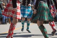 Tonårskotten kringgår att dansa som är utomhus- Royaltyfri Bild