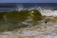 Tonący mężczyzna próbuje pływać z oceanu filtrującego Obrazy Stock