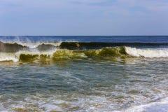 Tonący mężczyzna próbuje pływać z oceanu filtrującego Zdjęcie Royalty Free