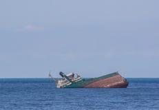 Tonący statek w błękitne wody Zdjęcie Stock