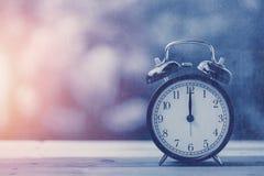 ton bleu de couleur de rétro vintage d'horloge d'horloge de ` de 12 o Photographie stock libre de droits