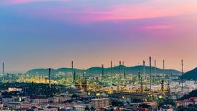 Ton de ciel de coucher du soleil au-dessus de raffinerie de pétrole dans la résidence du centre image stock