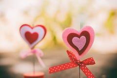 Ton de vintage de coeur se tenant sur le plancher en béton pour la valentine d Photos stock