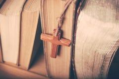 Ton de vintage de collier croisé chrétien en bois photos libres de droits