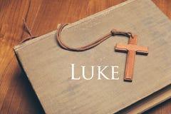 Ton de vintage de collier croisé chrétien en bois sur des WI de Sainte Bible photo stock