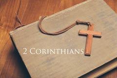 Ton de vintage de collier croisé chrétien en bois sur des WI de Sainte Bible image libre de droits
