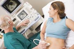 Ton des Doktor-Giving Patient An Ultra Stockbilder