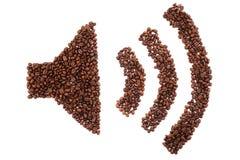 Ton an Form gemacht von den Kaffeebohnen über weißem Hintergrund Stockbilder