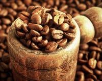 Ton met koffiebonen Stock Afbeelding
