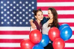 Ton?rs- flickor med ballonger ?ver amerikanska flaggan royaltyfri fotografi
