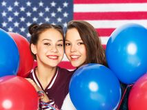 Ton?rs- flickor med ballonger ?ver amerikanska flaggan fotografering för bildbyråer