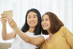 Ton?rs- flickor som tar selfie arkivbilder