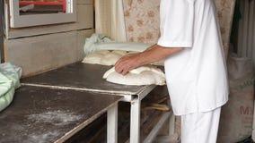 Ton traditionnel de boulangerie ou Torne ou Turne pour faire un Shotis géorgien Puri ou le pain cuire au four de Shoti Procédé de clips vidéos