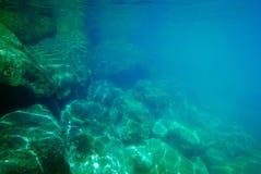 Ton vert et bleu de fond rocheux sous-marin Images stock