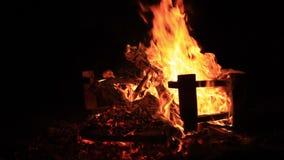 Ton von Nachtgrillen, von Wassereinh?llung und von Feuerknistern Extremes Nahaufnahmevideo eines Feuers Brennen einer Bank f?r Gu stock footage
