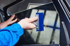 Tona för bil Tekniker för bilmekaniker som applicerar folie royaltyfria foton