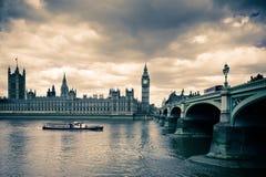 Tonad bild av den Westminster bron och London Parlament Arkivbilder